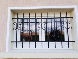 fenêtre avec barreau